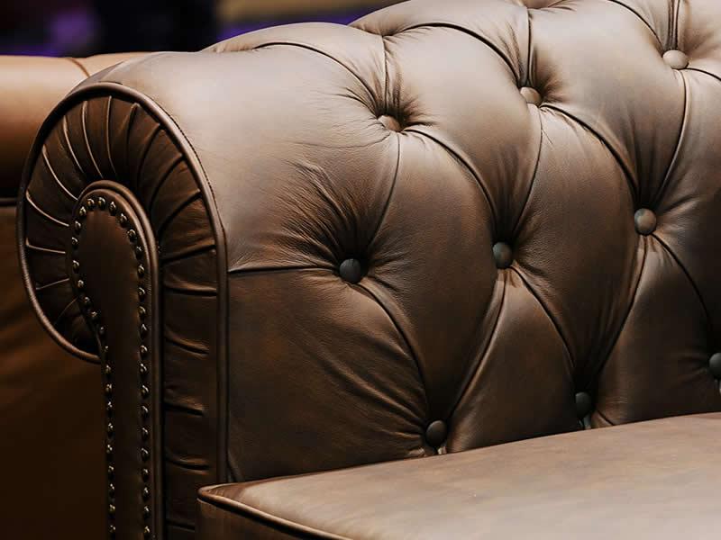 dettaglio divano pelle trapuntato