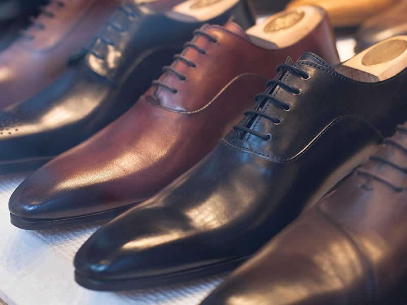scarpe di pelle nere e marroni per uomo